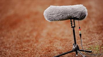 Wind-cancelling windscreen on boom mic