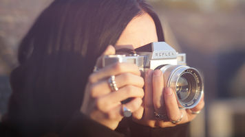 Woman shooting with the Reflex 1